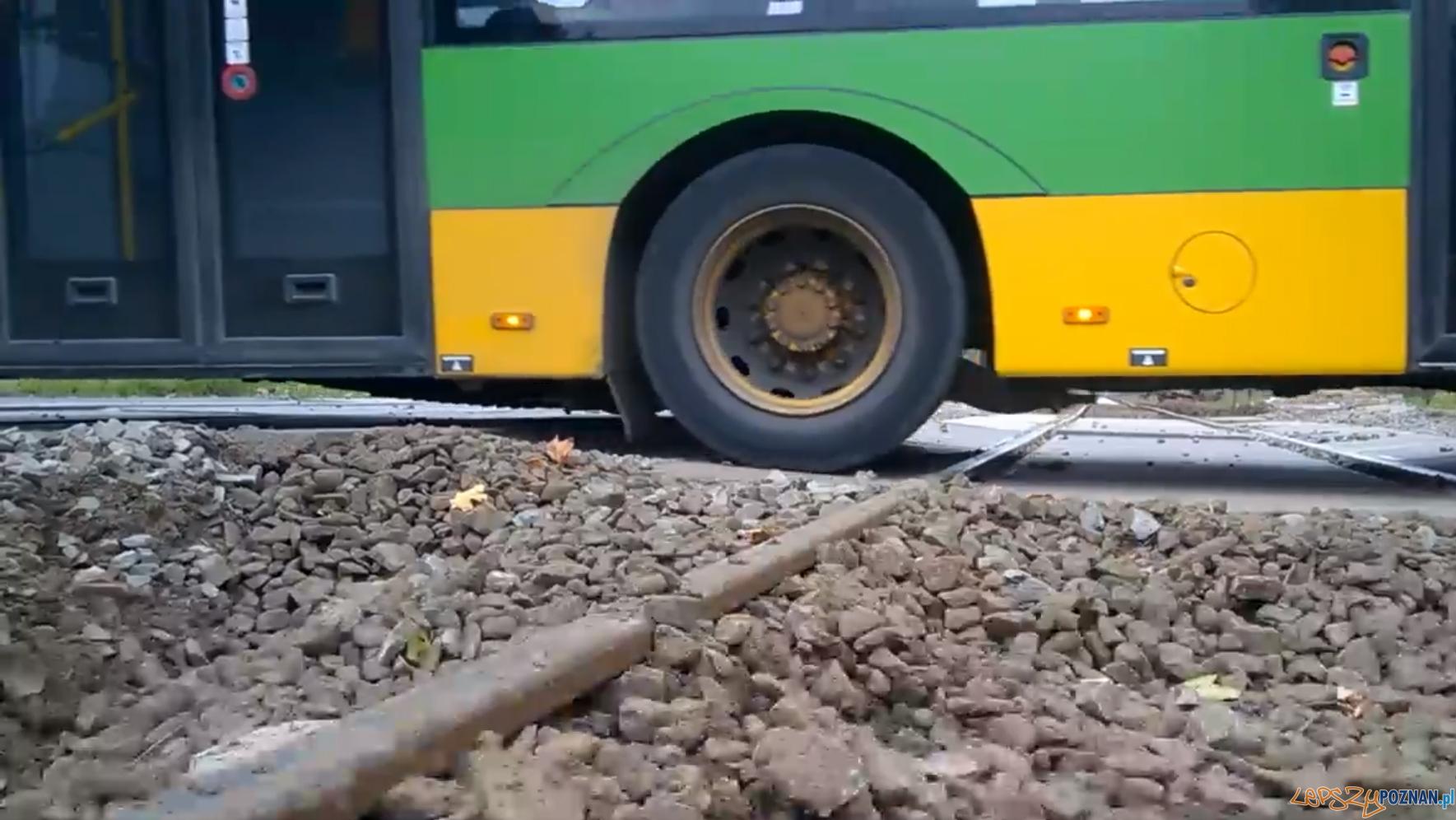 Przejazd kolejowy - po remoncie jest jeszcze gorzej!  Foto: twitter / Maciej Szefer