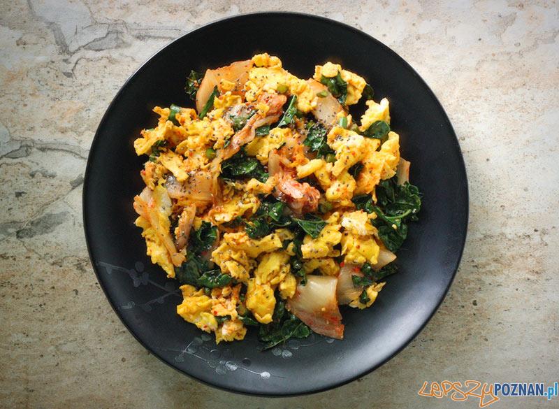 Jajecznica kimchi  Foto: leafandgrain.com / Karen